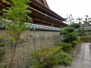 南宗寺四足門の瓦が埋め込まれた土壁。 大阪夏の陣の際、德川方に堺の町が焼かれた時の焼け瓦を利用したものだそうです。