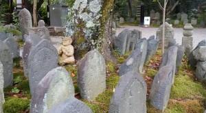 元興寺の裏庭には石仏がずらり。少しおまぬけ顔の鬼さんが守って?いました。